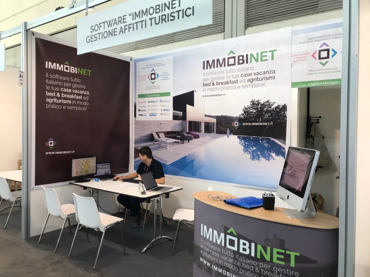 Lo stand di ImmobiNet con scrivanie e PC